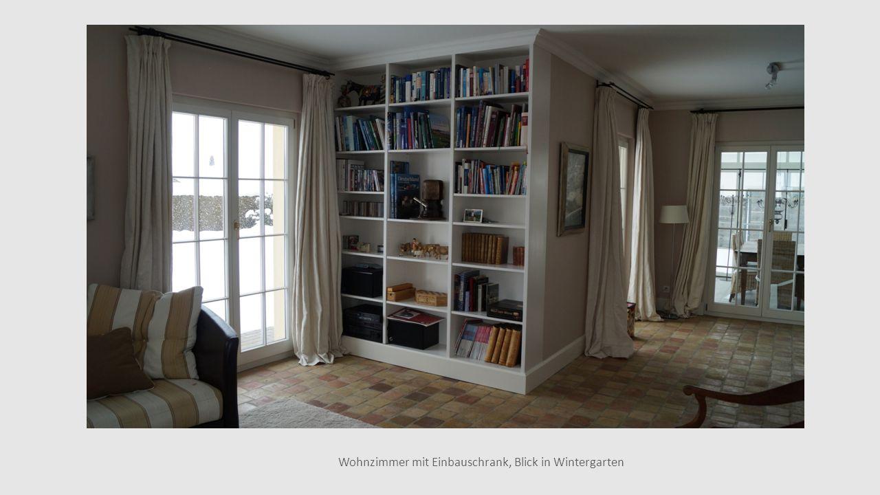 Wohnzimmer mit Einbauschrank, Blick in Wintergarten