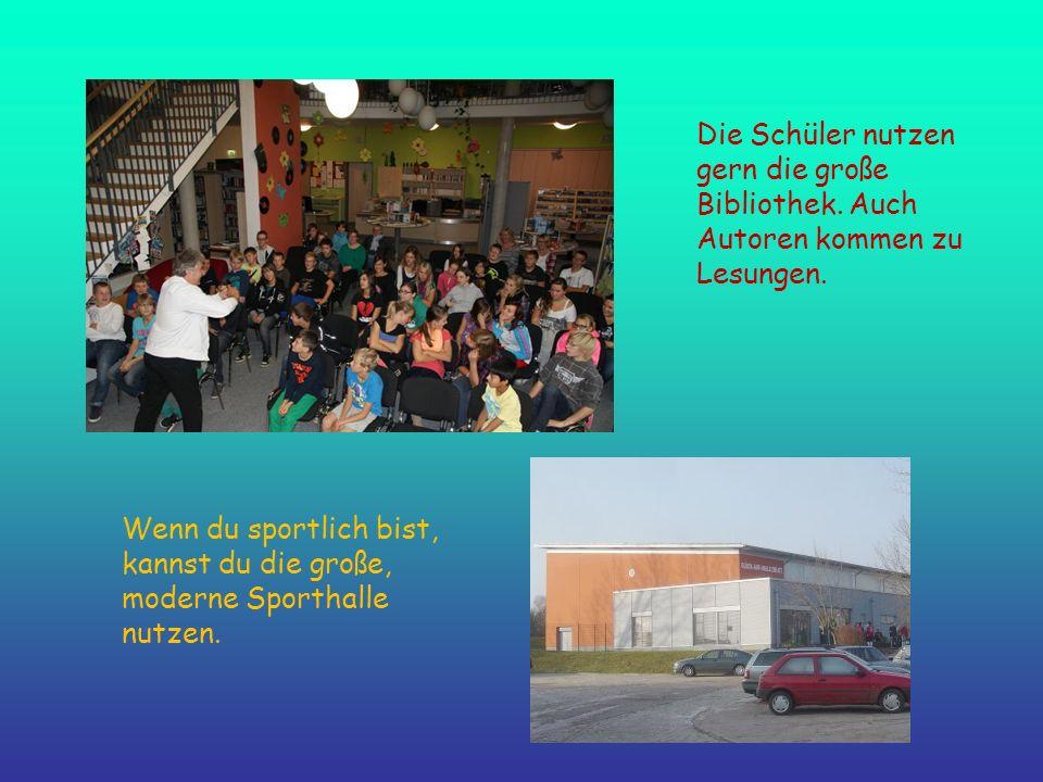 Die Schüler nutzen gern die große Bibliothek. Auch Autoren kommen zu Lesungen. Wenn du sportlich bist, kannst du die große, moderne Sporthalle nutzen.