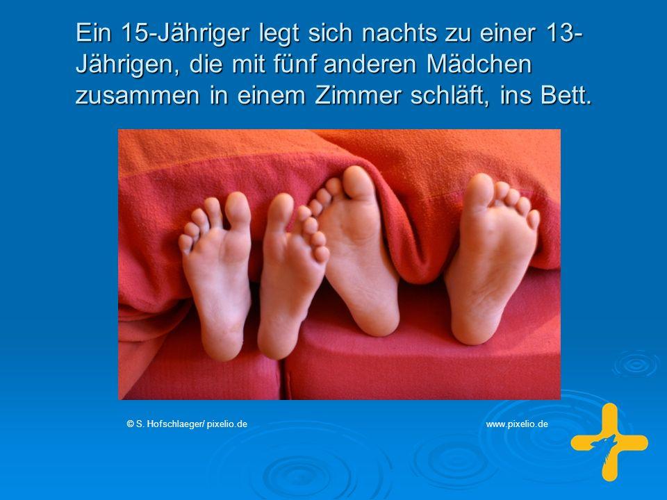 Ein 15-Jähriger legt sich nachts zu einer 13- Jährigen, die mit fünf anderen Mädchen zusammen in einem Zimmer schläft, ins Bett. © S. Hofschlaeger/ pi