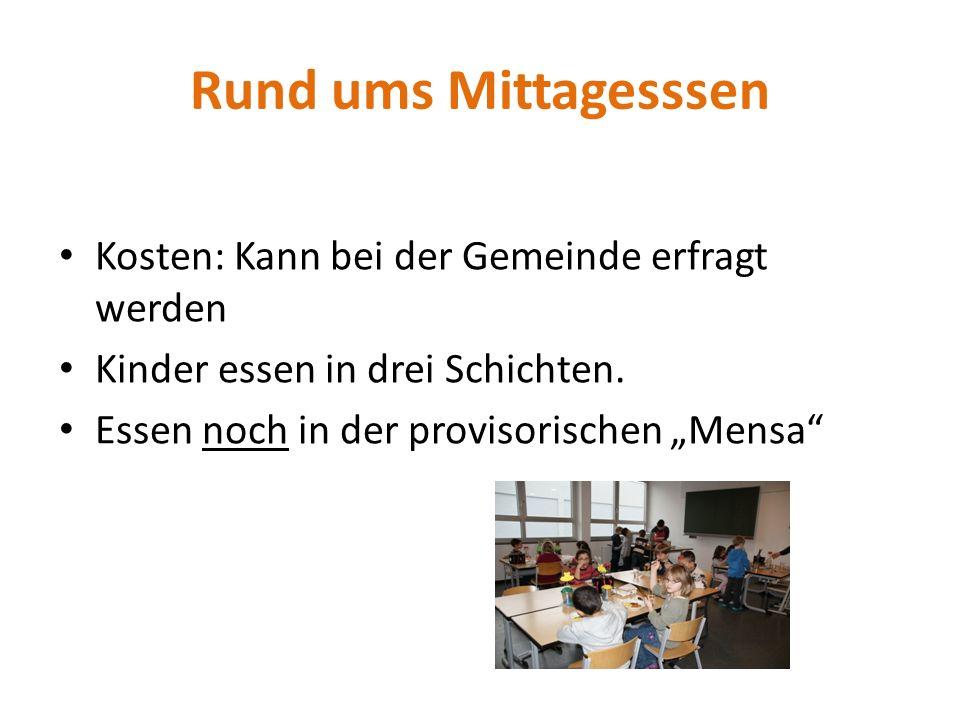 """Rund ums Mittagesssen Kosten: Kann bei der Gemeinde erfragt werden Kinder essen in drei Schichten. Essen noch in der provisorischen """"Mensa"""""""