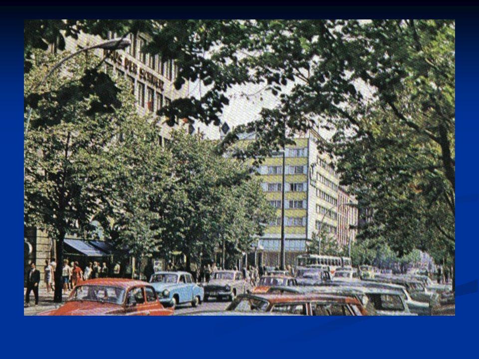 """Auf dem Platz gibt es auch das 39 Stockwerk hohe """"Forum Hotel , das früher Interhotel """"Stadt Berlin ."""