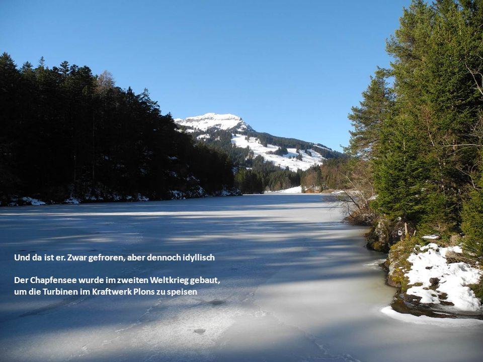 Und da ist er. Zwar gefroren, aber dennoch idyllisch Der Chapfensee wurde im zweiten Weltkrieg gebaut, um die Turbinen im Kraftwerk Plons zu speisen