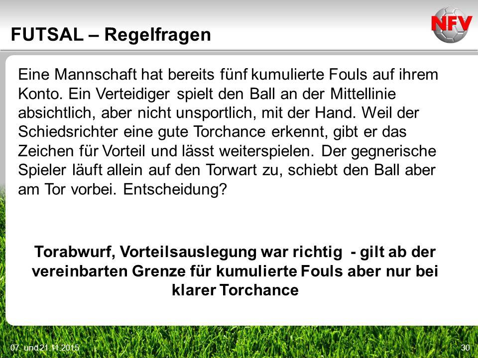 07. und 21.11.201530 FUTSAL – Regelfragen Eine Mannschaft hat bereits fünf kumulierte Fouls auf ihrem Konto. Ein Verteidiger spielt den Ball an der Mi
