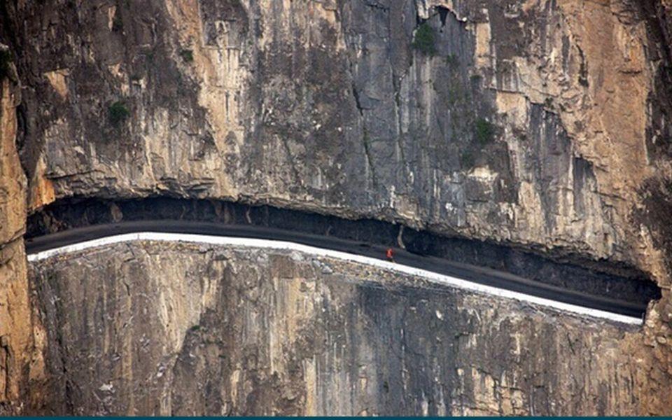 Das Foto zeigt eine Straße aus dem Abschnitt «Guoliang», die in die steilen Felswände von Kuixian, Xinxiong in der Provinz Henan, Zentralchina geschla