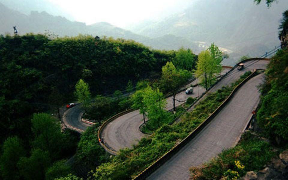 4.4. Die Aizhai Straße mit 13 Haarnadelkurven in der Provinz Hunan.