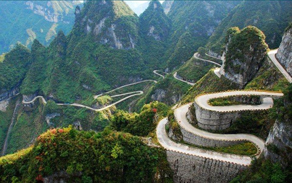 6.6. Der Berg Tianmen mit der Straße von Zhingjiajie in der Provinz province Hunan. Länge 11 km, die Höhe über NN reicht von 200m bis 1300m mit insges