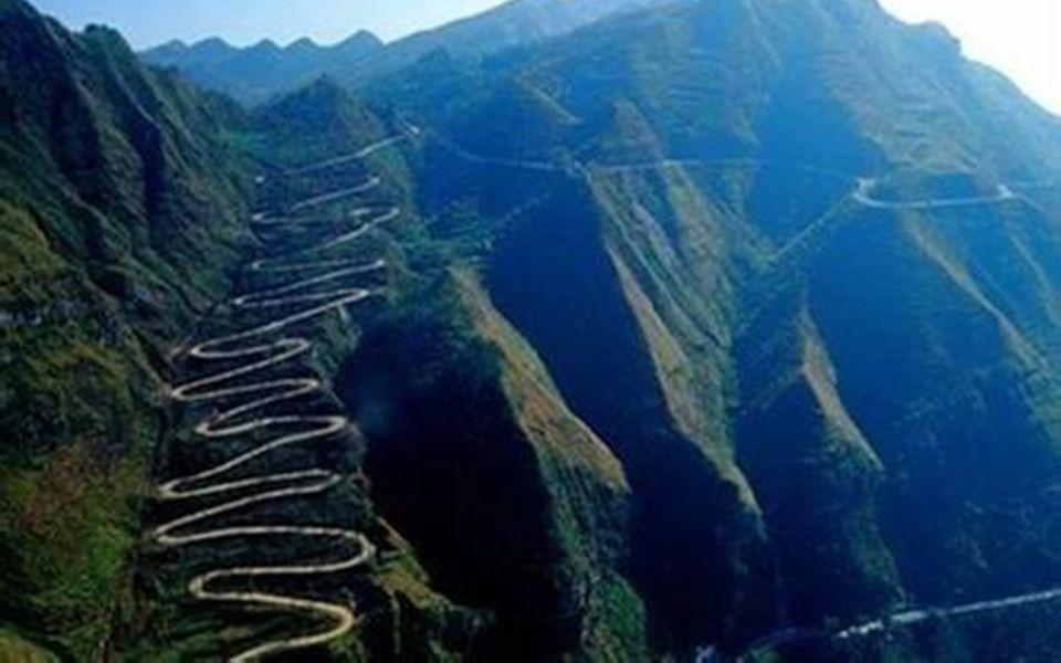 7. Die « 24-Zick-Zack » liegt in der Provinz Guizhou. Sie verfügt über 24 scharfe Kurven auf einer einzigen Bergebene. Diese Burmastraße findet ihren