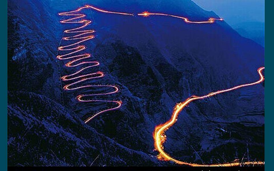 Cette piste montagneuse sur la photo est surnommée la route