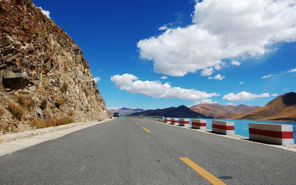 滇藏公路 Dianzang Autoroute Eine einfache nicht asphaltierte Bergstraße.