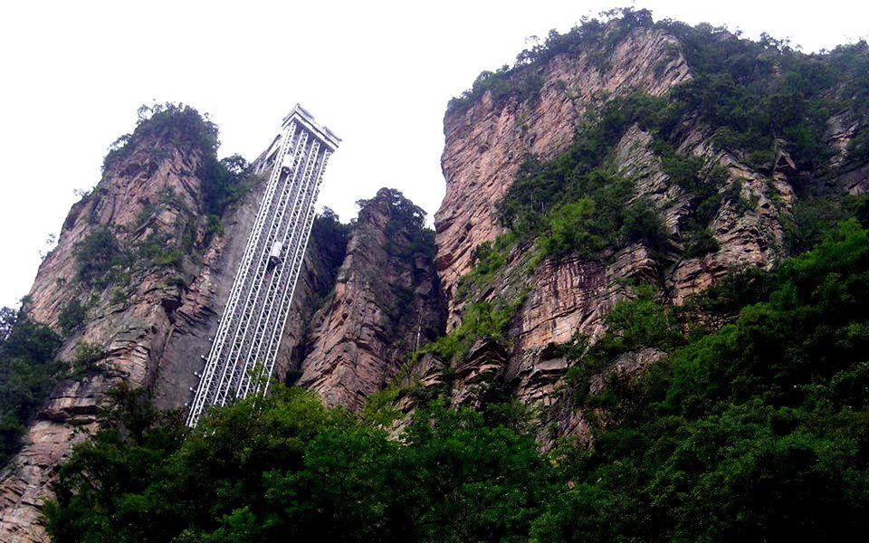 Der Fahrstuhl. 330 m hoch.