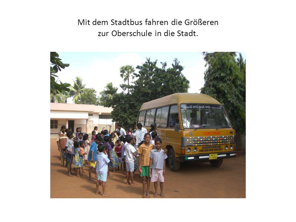 Mit dem Stadtbus fahren die Größeren zur Oberschule in die Stadt.