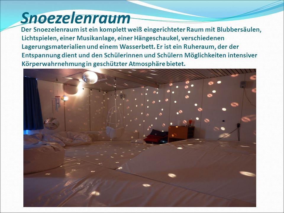 Snoezelenraum Der Snoezelenraum ist ein komplett weiß eingerichteter Raum mit Blubbersäulen, Lichtspielen, einer Musikanlage, einer Hängeschaukel, verschiedenen Lagerungsmaterialien und einem Wasserbett.