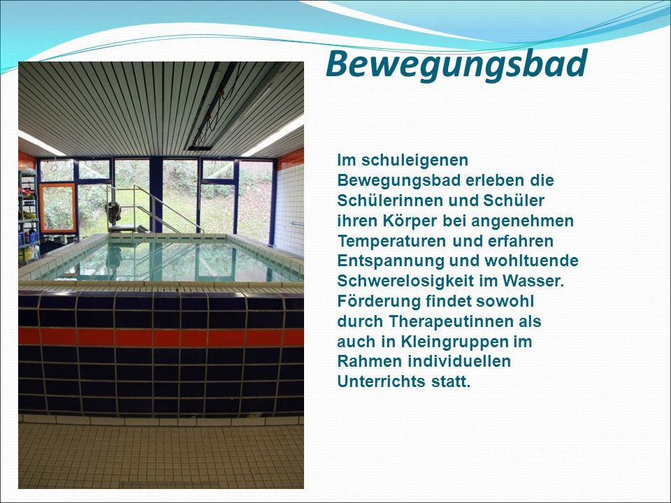 Bewegungsbad Im schuleigenen Bewegungsbad erleben die Schülerinnen und Schüler ihren Körper bei angenehmen Temperaturen und erfahren Entspannung und wohltuende Schwerelosigkeit im Wasser.