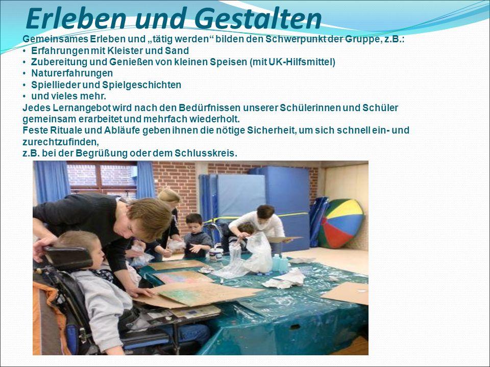 """Erleben und Gestalten Gemeinsames Erleben und """"tätig werden"""" bilden den Schwerpunkt der Gruppe, z.B.: Erfahrungen mit Kleister und Sand Zubereitung un"""