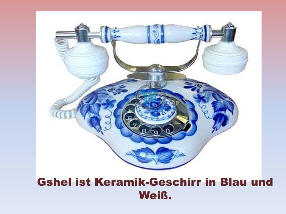 Gshel ist Keramik-Geschirr in Blau und Weiß.