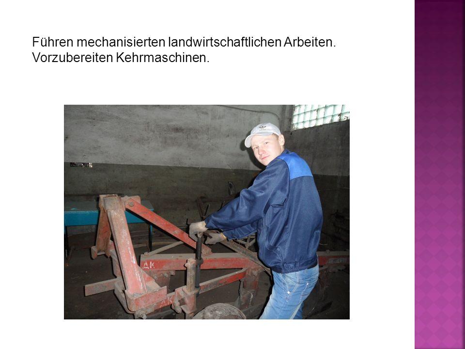 Führen mechanisierten landwirtschaftlichen Arbeiten. Vorzubereiten Kehrmaschinen.