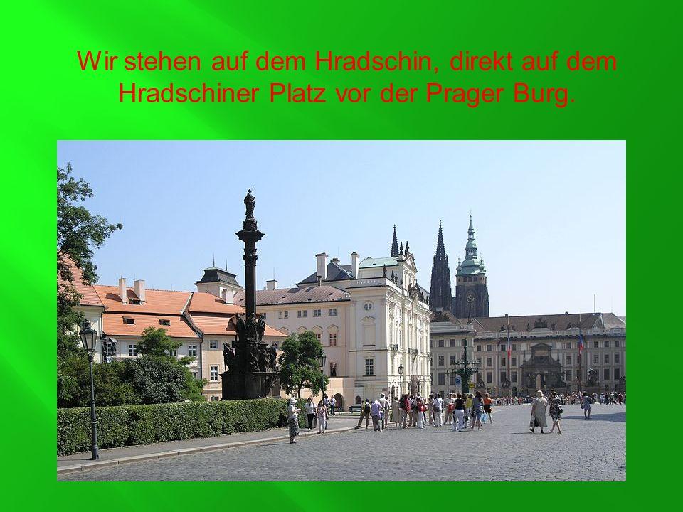 Wir stehen auf dem Hradschin, direkt auf dem Hradschiner Platz vor der Prager Burg.