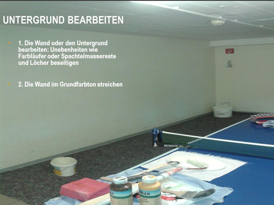 1. Die Wand oder den Untergrund bearbeiten: Unebenheiten wie Farbläufer oder Spachtelmassereste und Löcher beseitigen 2. Die Wand im Grundfarbton stre