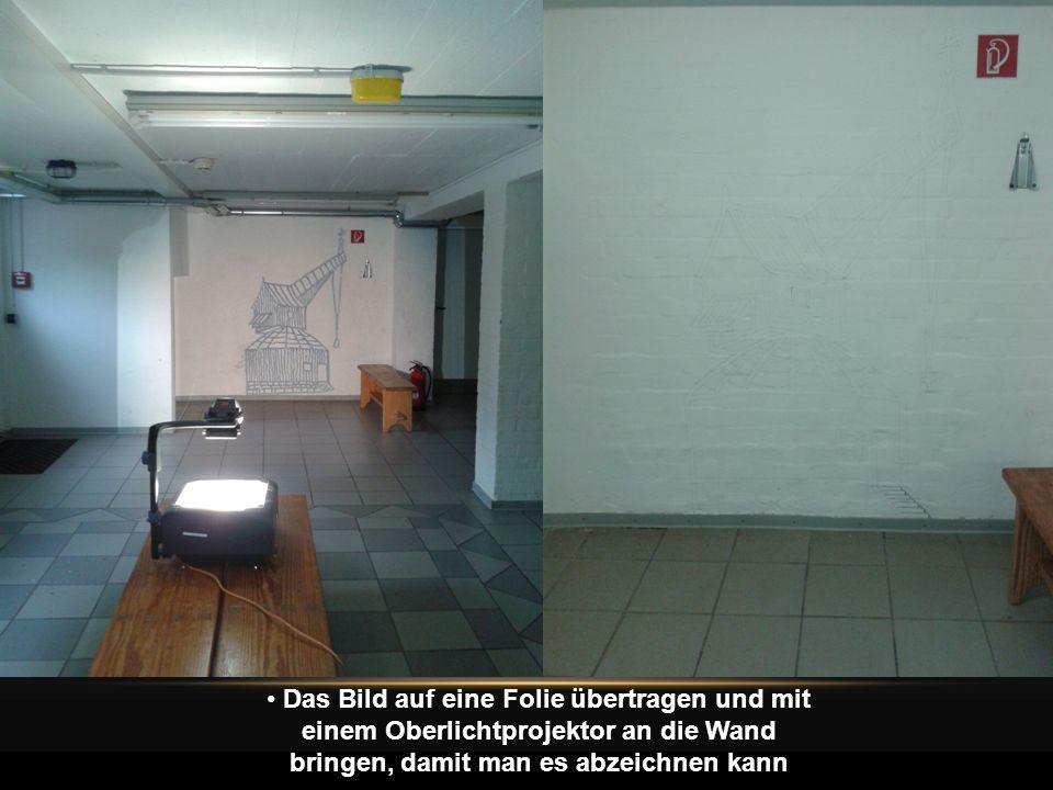 Das Bild auf eine Folie übertragen und mit einem Oberlichtprojektor an die Wand bringen, damit man es abzeichnen kann