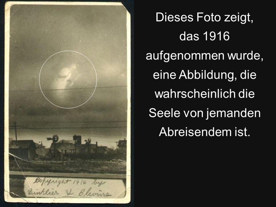 Dieses Foto zeigt, das 1916 aufgenommen wurde, eine Abbildung, die wahrscheinlich die Seele von jemanden Abreisendem ist.