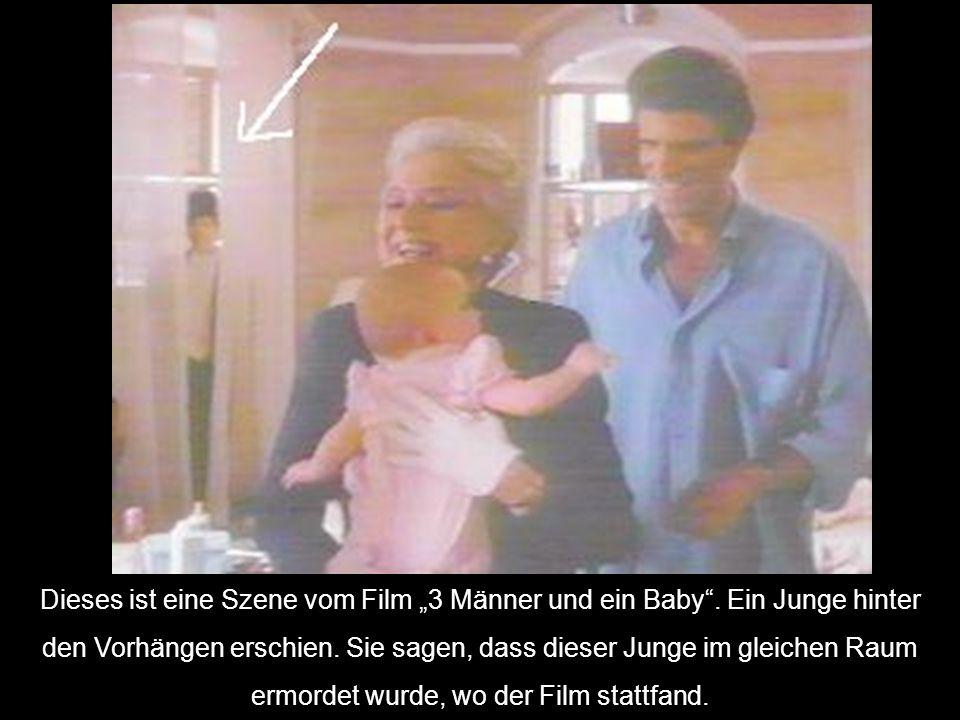 """Dieses ist eine Szene vom Film """"3 Männer und ein Baby"""". Ein Junge hinter den Vorhängen erschien. Sie sagen, dass dieser Junge im gleichen Raum ermorde"""