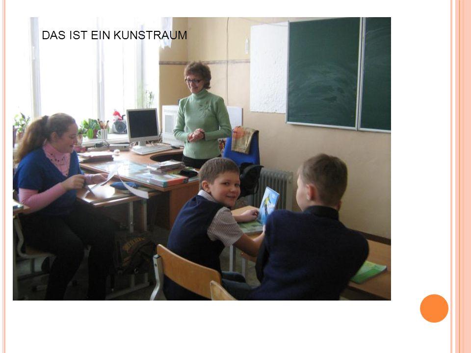 Was fur ein Raum ist das? Wie heisst die Lehrerin? Was machen die Knder? DAS IST EIN KUNSTRAUM