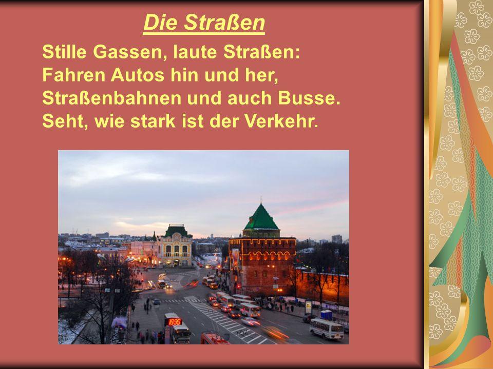 Stille Gassen, laute Straßen: Fahren Autos hin und her, Straßenbahnen und auch Busse. Seht, wie stark ist der Verkehr. Die Straßen