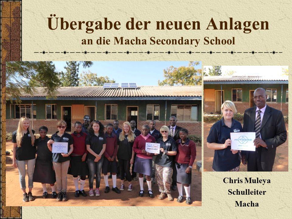 Übergabe der neuen Anlagen an die Macha Secondary School Chris Muleya Schulleiter Macha