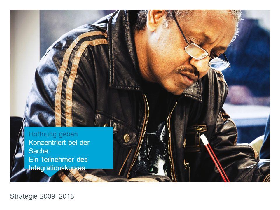 Hoffnung geben Konzentriert bei der Sache: Ein Teilnehmer des Integrationskurses. Strategie 2009–2013 Hoffnung geben Konzentriert bei der Sache: Ein T