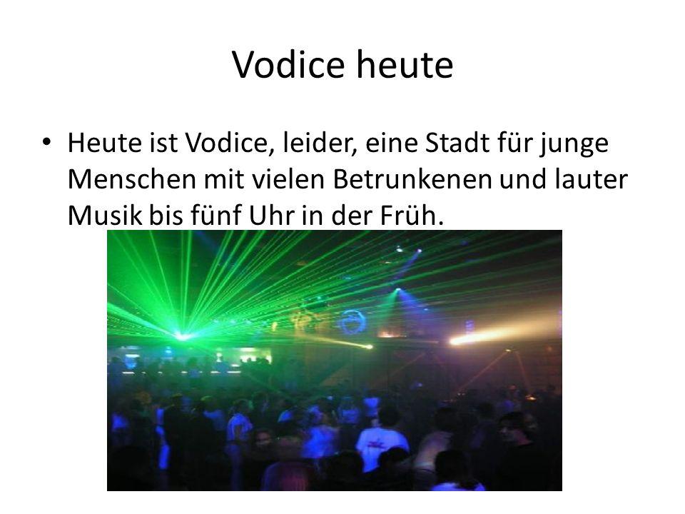 Vodice heute Heute ist Vodice, leider, eine Stadt für junge Menschen mit vielen Betrunkenen und lauter Musik bis fünf Uhr in der Früh.
