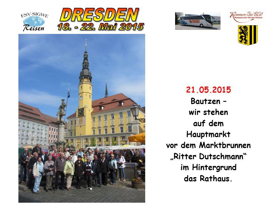 """21.05.2015 Bautzen – wir stehen auf dem Hauptmarkt vor dem Marktbrunnen """"Ritter Dutschmann im Hintergrund das Rathaus."""