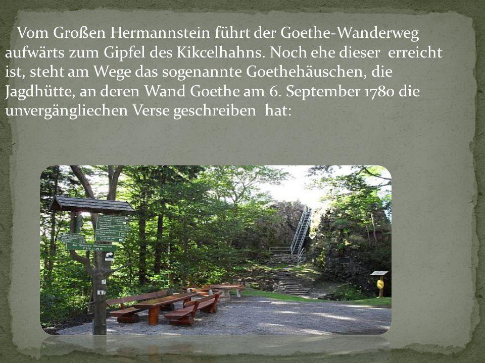 Vom Großen Hermannstein führt der Goethe-Wanderweg aufwärts zum Gipfel des Kikcelhahns. Noch ehe dieser erreicht ist, steht am Wege das sogenannte Goe