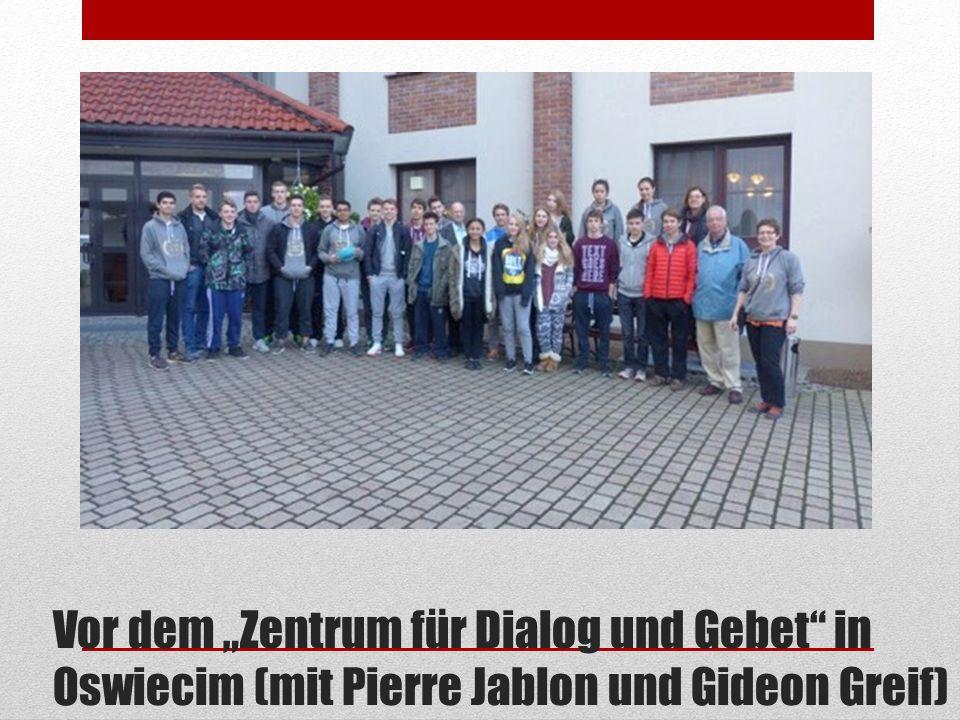 """Vor dem """"Zentrum für Dialog und Gebet"""" in Oswiecim (mit Pierre Jablon und Gideon Greif)"""