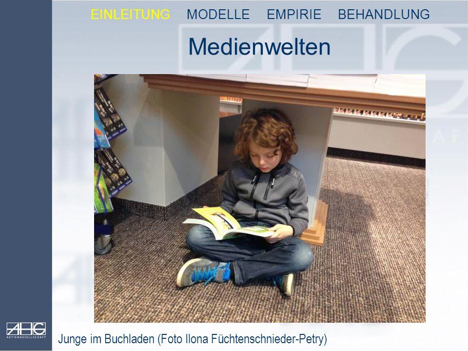 Medienwelten Junge im Buchladen (Foto Ilona Füchtenschnieder-Petry) EINLEITUNG MODELLE EMPIRIE BEHANDLUNG