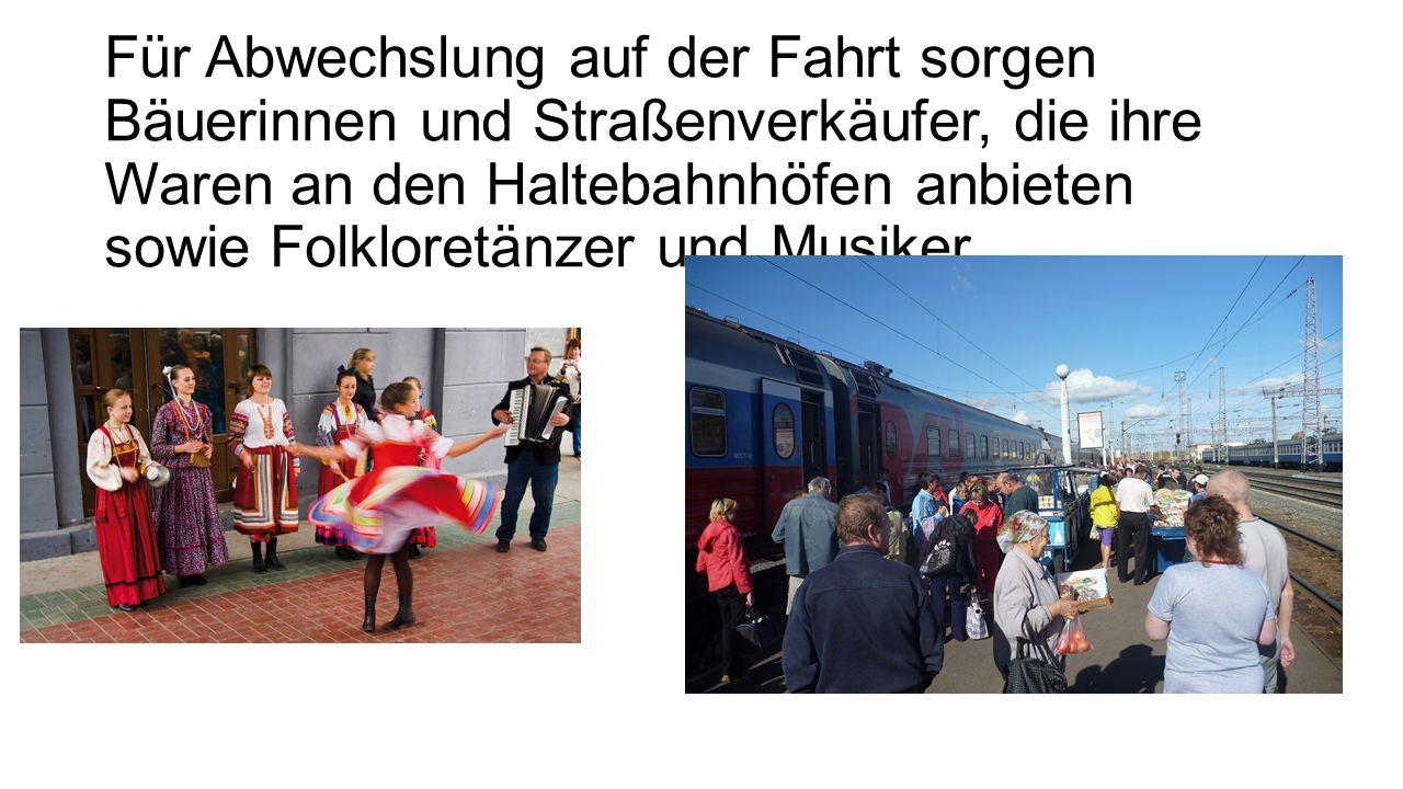 Für Abwechslung auf der Fahrt sorgen Bäuerinnen und Straßenverkäufer, die ihre Waren an den Haltebahnhöfen anbieten sowie Folkloretänzer und Musiker.