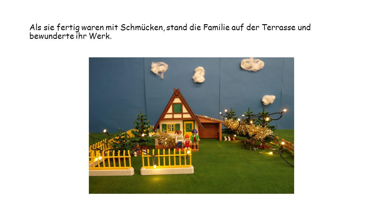 Als sie fertig waren mit Schmücken, stand die Familie auf der Terrasse und bewunderte ihr Werk.