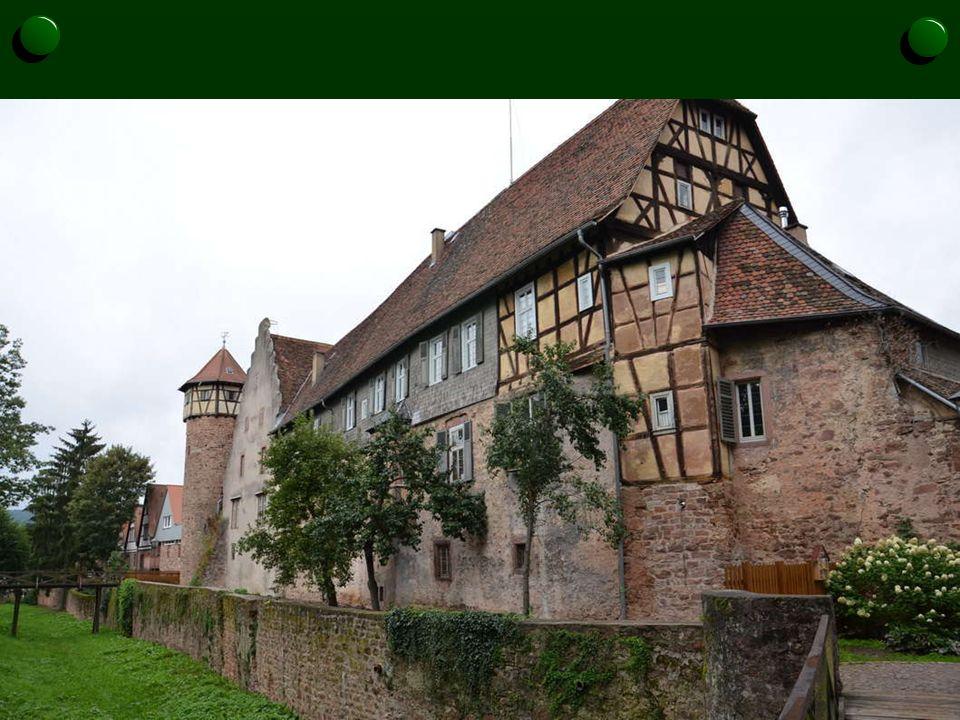 Sowohl die mittelalterliche Stadtmauer als auch der Burg- bzw. Stadtgraben sind hier noch vorhanden. Die vor der Stadtmauer liegende, unbebaute Fläche