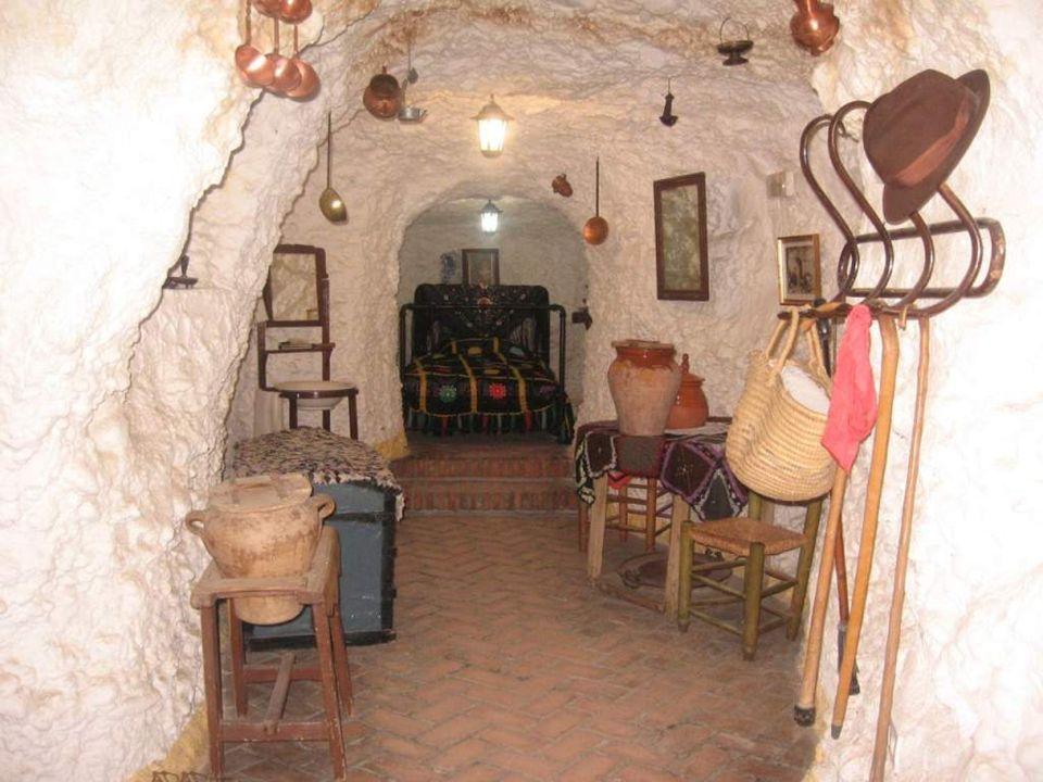 Der Ursprung der Höhlen soll aber noch viel weiter zurückgehen, nämlich auf die Zeit der Besetzung dieses Gebietes durch afrikanische Berberstämme (1012 - 1090).
