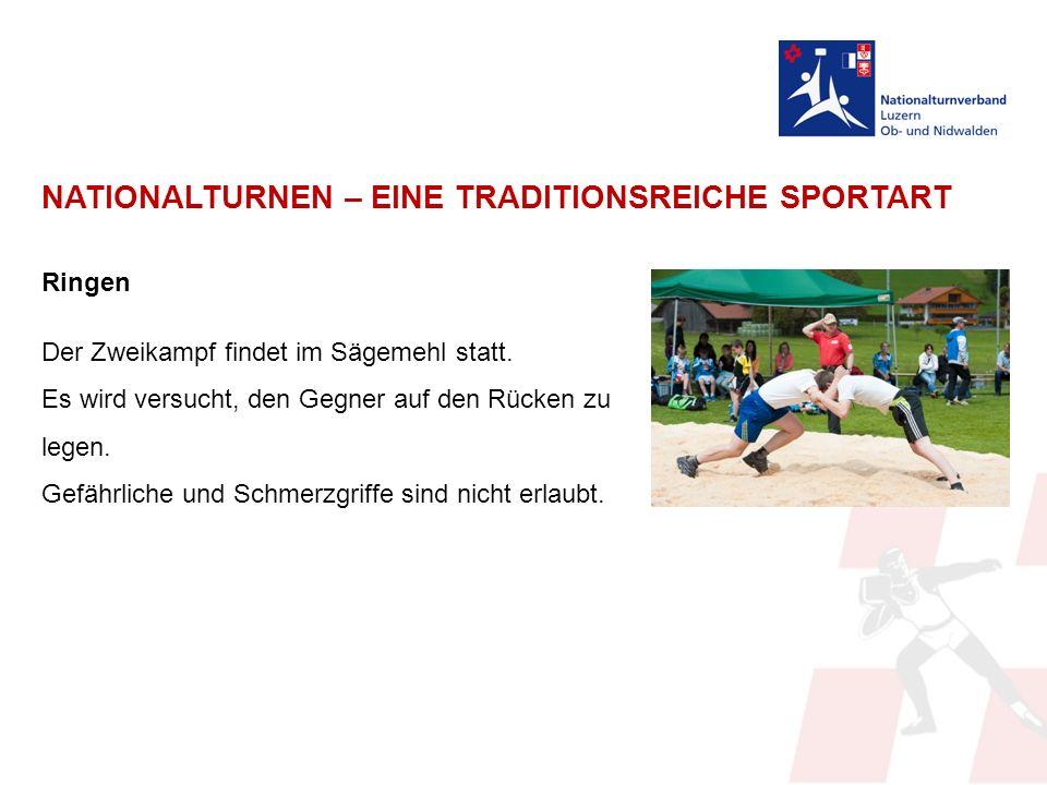NATIONALTURNEN – EINE TRADITIONSREICHE SPORTART Ringen Der Zweikampf findet im Sägemehl statt.