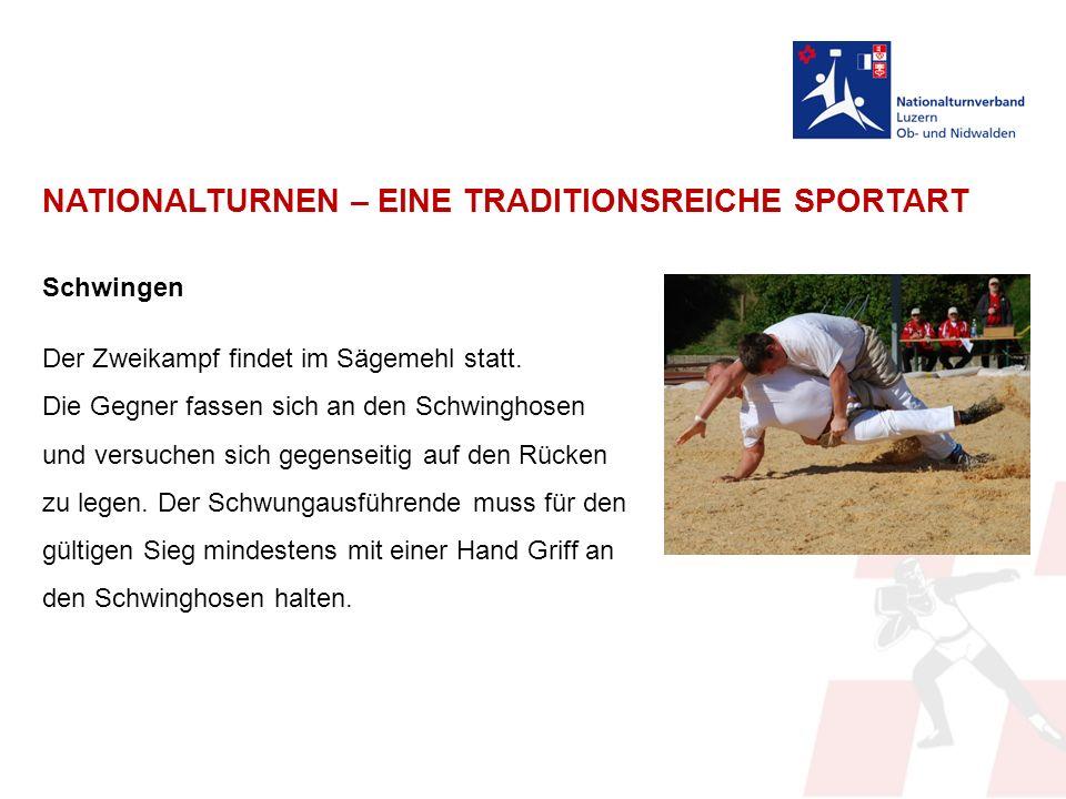NATIONALTURNEN – EINE TRADITIONSREICHE SPORTART Schwingen Der Zweikampf findet im Sägemehl statt.