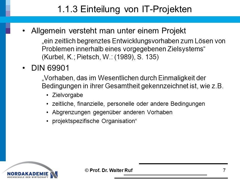 """1.1.3 Einteilung von IT-Projekten Allgemein versteht man unter einem Projekt """"ein zeitlich begrenztes Entwicklungsvorhaben zum Lösen von Problemen inn"""
