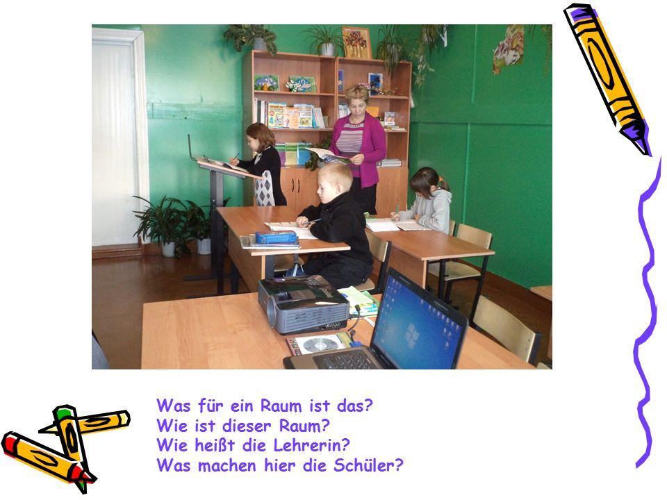 Was für ein Raum ist das? Wie ist dieser Raum? Wie heißt die Lehrerin? Was machen hier die Schüler?