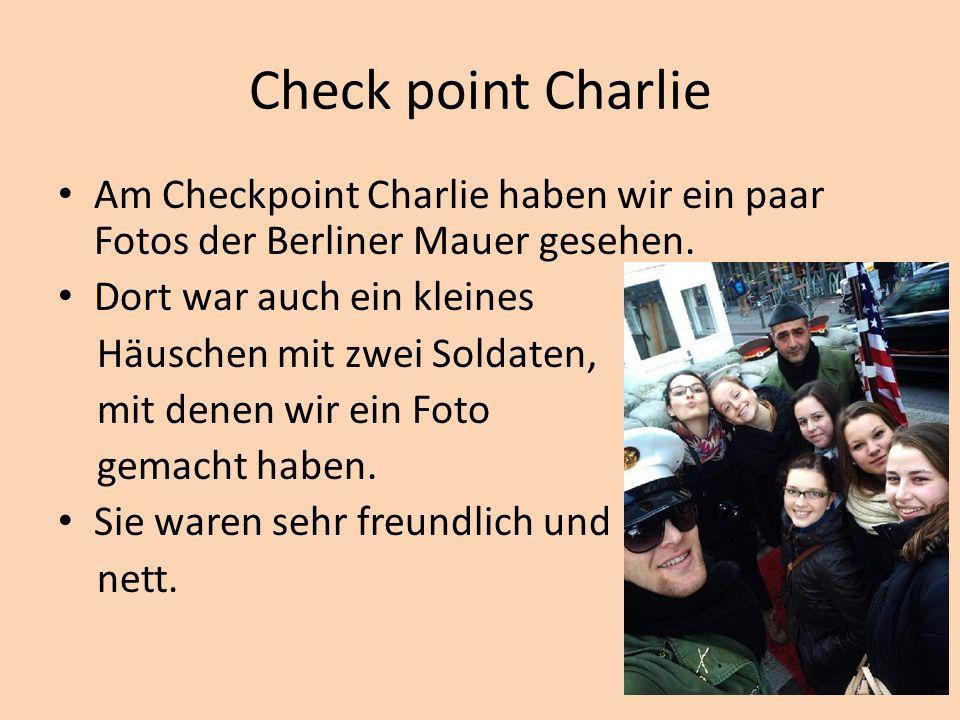 Check point Charlie Am Checkpoint Charlie haben wir ein paar Fotos der Berliner Mauer gesehen.