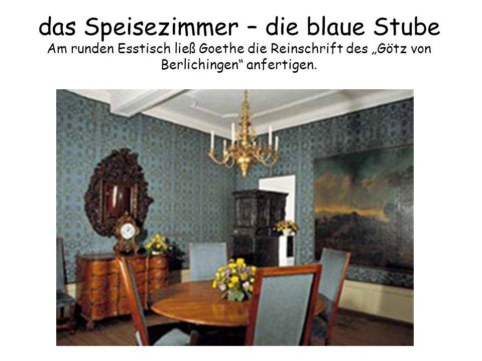 """das Speisezimmer – die blaue Stube Am runden Esstisch ließ Goethe die Reinschrift des """"Götz von Berlichingen"""" anfertigen."""