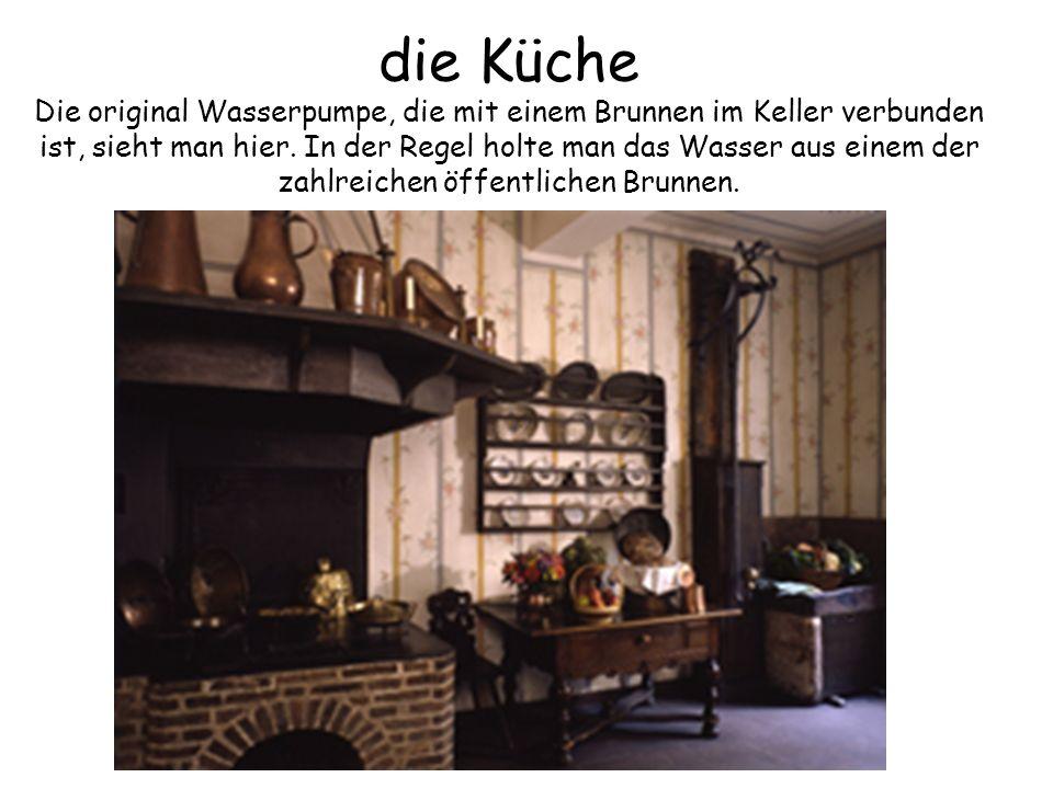 die Küche Die original Wasserpumpe, die mit einem Brunnen im Keller verbunden ist, sieht man hier. In der Regel holte man das Wasser aus einem der zah
