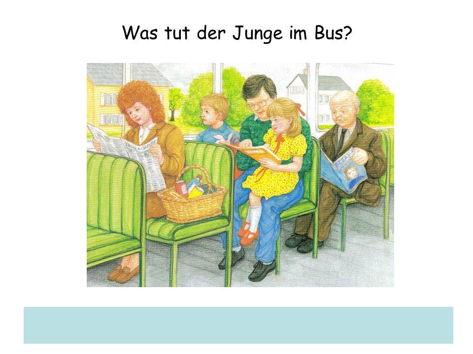 Was tut der Junge im Bus?