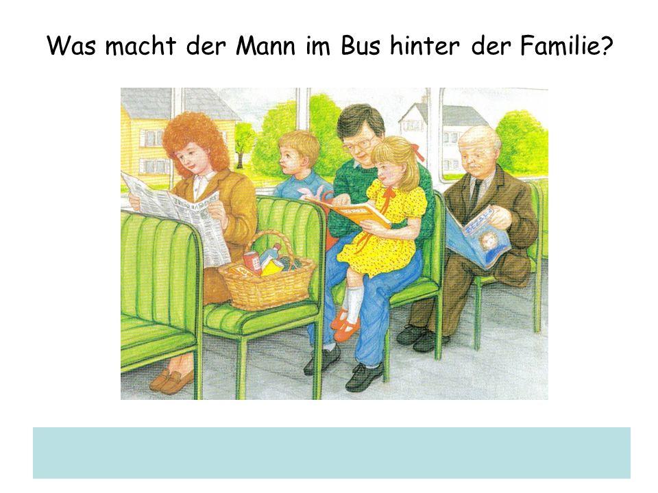Was macht der Mann im Bus hinter der Familie?