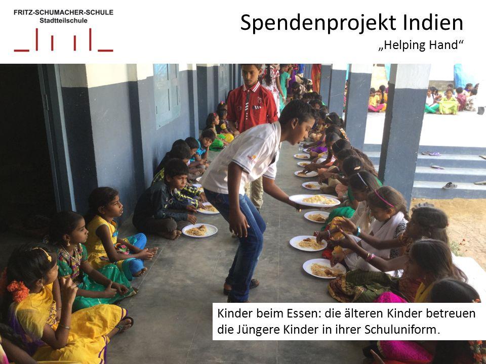 """Spendenprojekt Indien """"Helping Hand Kinder beim Essen: die älteren Kinder betreuen die Jüngere Kinder in ihrer Schuluniform."""