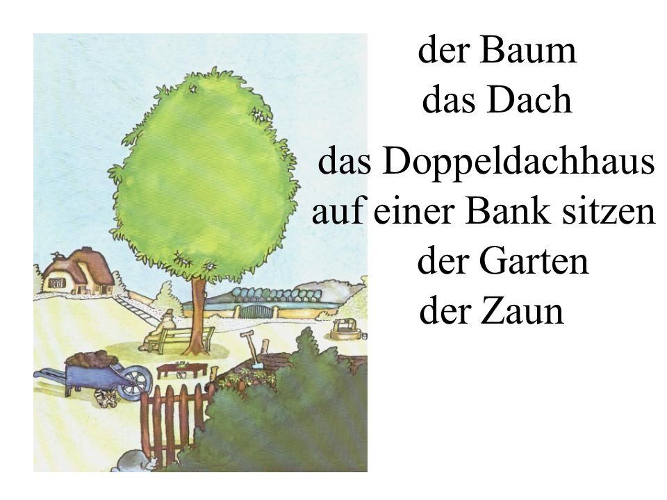 der Baum das Dach das Doppeldachhaus der Garten der Zaun auf einer Bank sitzen