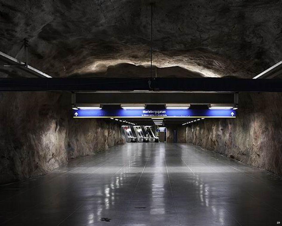 En muchas de sus estaciones puedes encontrar pura roca, es como si te sumergieras en la época de las cavernas pero en pleno siglo XXI.